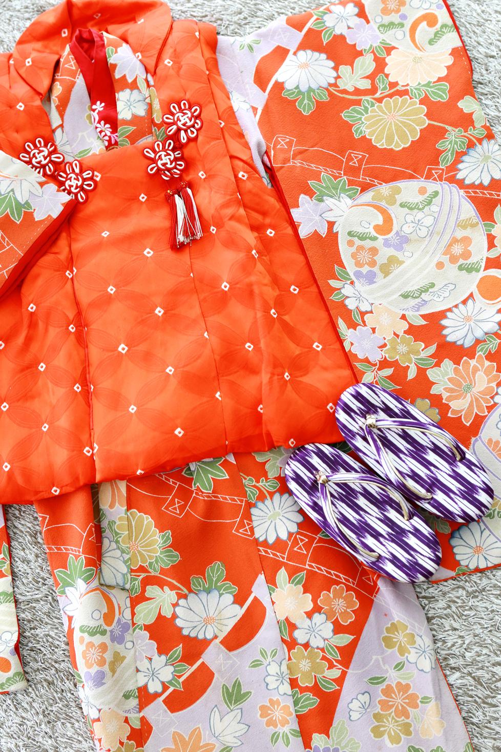 朱色と若草色のアンティーク着物に、絞りが可愛い被布のセットです。