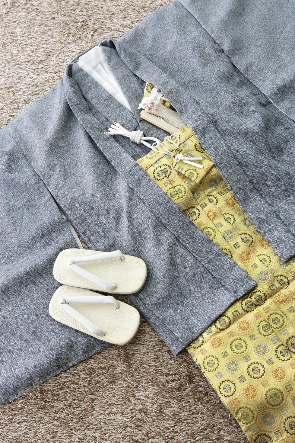 群青色の鮫小紋の羽織と、ゴールドの袴です。品のある柔らかい色合いです。