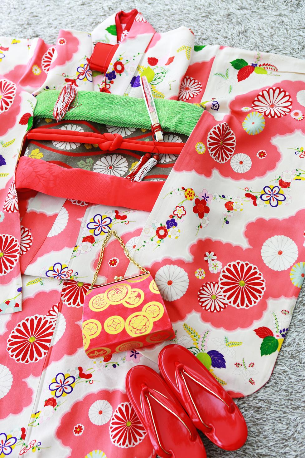 とても可愛らしいピンクの着物。こちらもアンティークです。遊び心ある花模様は、見るほどに魅力を感じさせます。
